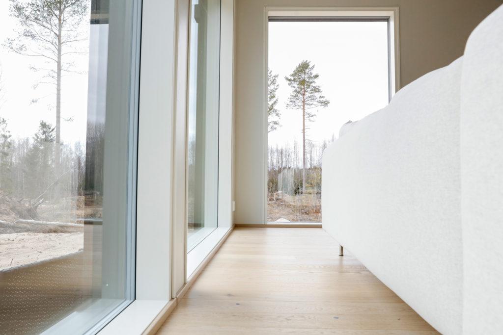 Stora fönster i vardagsrum