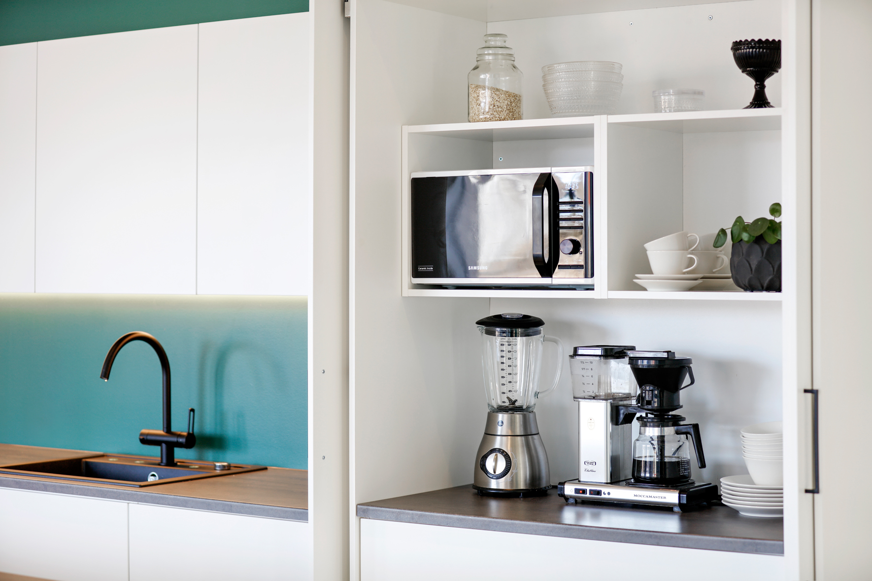 Frukostskåp i modernt kök.