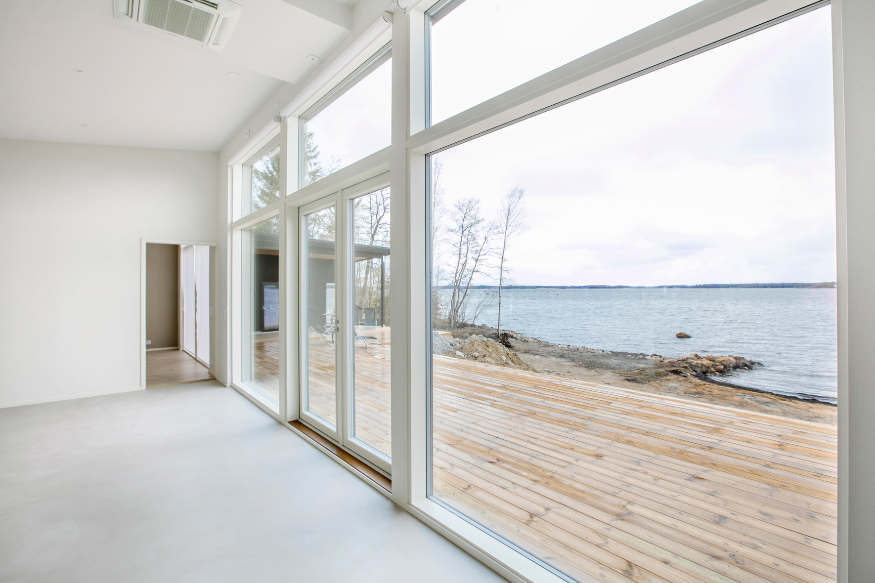 Stora fönster mot vatten