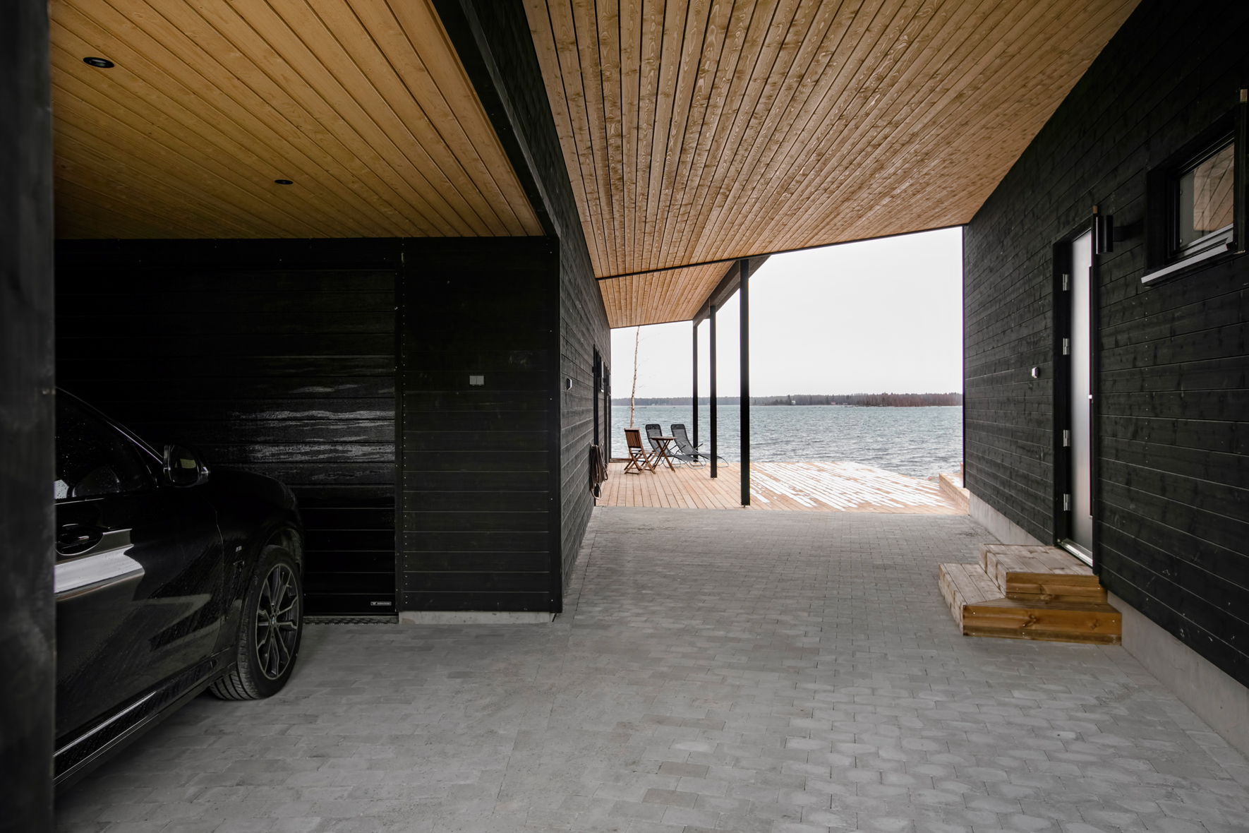 Snett och ihopbyggt tak med hus i trä.