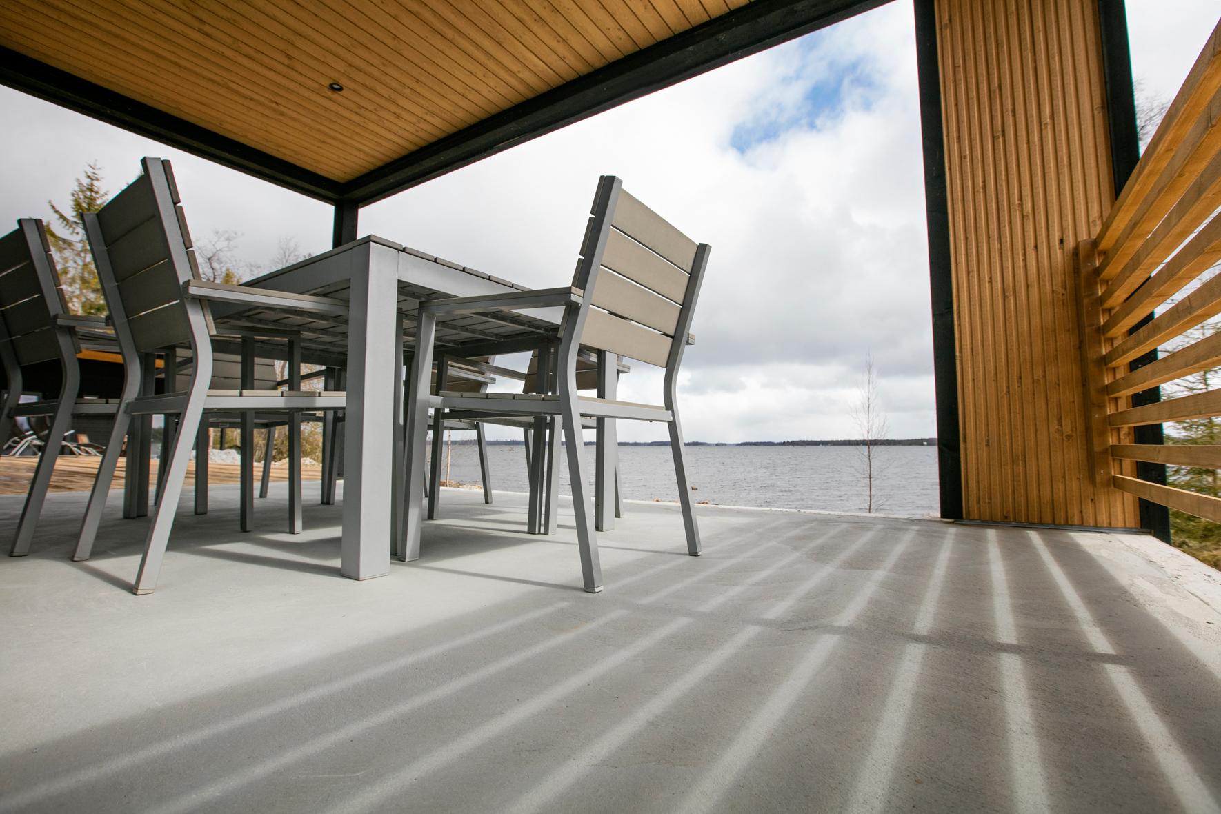 Terassmöbler på betongterass med tak