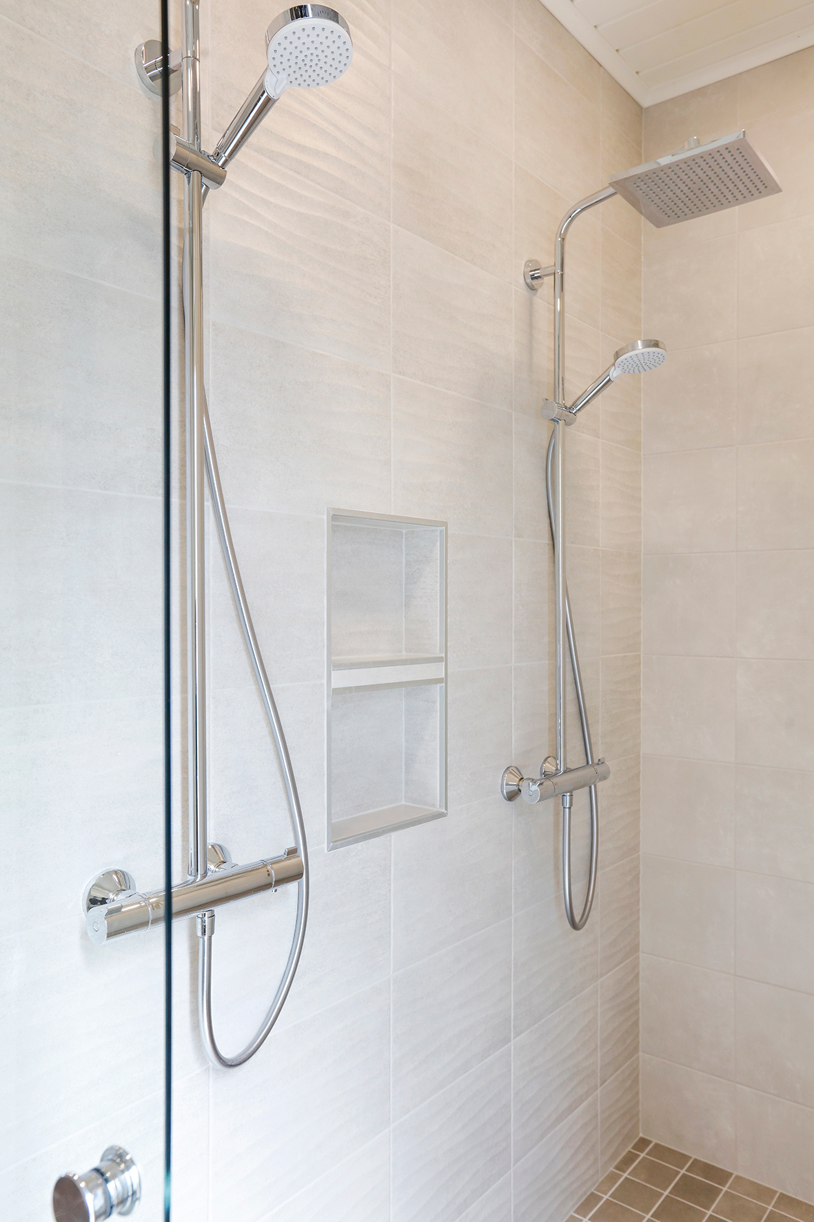 Intydds schampohylla mellan två duschar