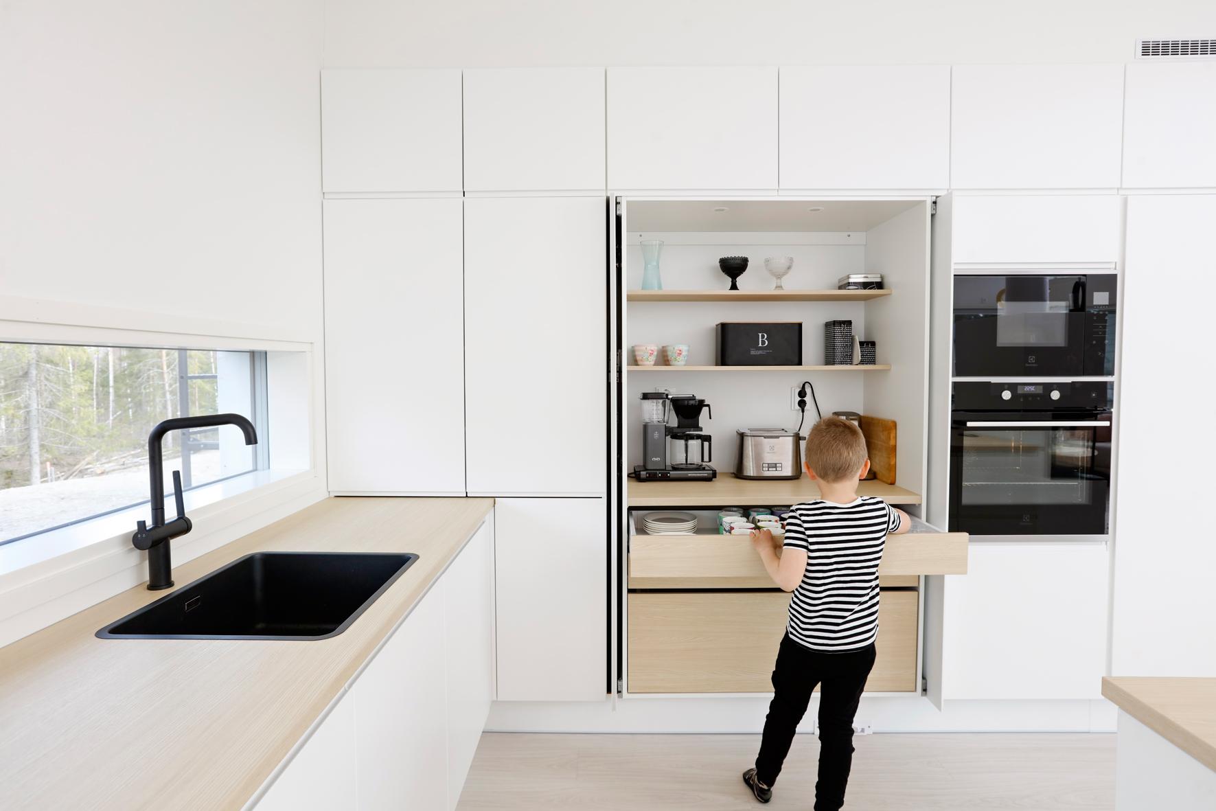 Ett barn letar i frukostskåp